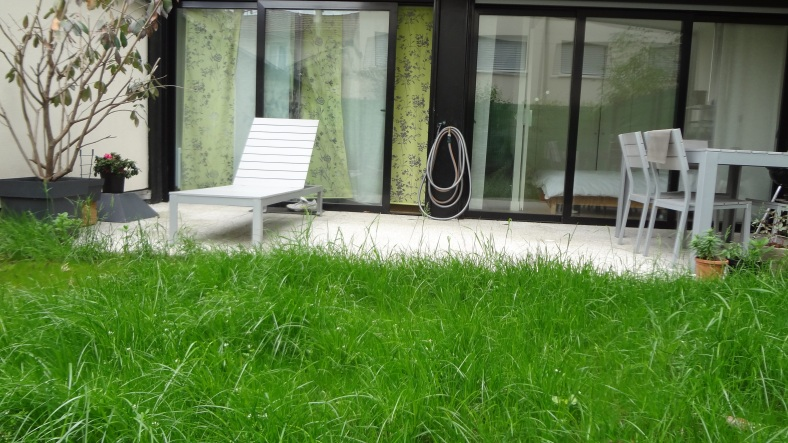 Notre terrasse, vue depuis le fond du jardin