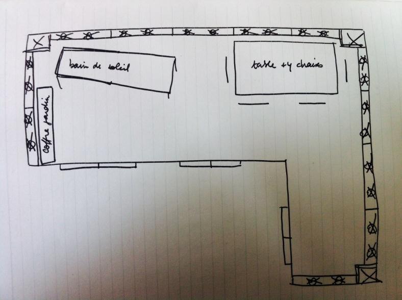 Plan de terrasse avec emplacement mobilier de jardin composé d'un coffre de jardin, un bain de soleil, une table à manger et 4 chaises.