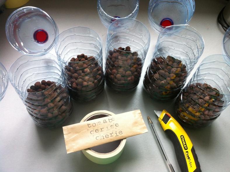 Nouvelle méthode pour mon semis de tomate en bouteille, étape 1 : remplir 1/3 de la bouteille avec des billes d'argile