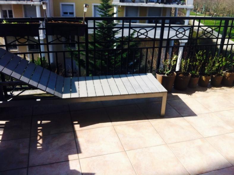 Bain de soleil sur ma terrasse avec jardinières de salades et aromatiques au sol