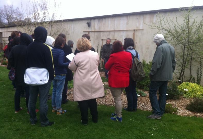 Notre prof jardinier, entouré de la vingtaine d'élèves très attentifs au potager de l'Ecole du Breuil