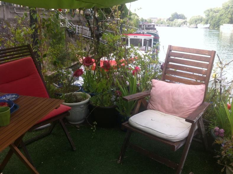 Sous l'ombrelle, entourés de fleurs
