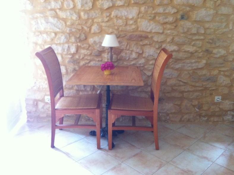 Hortensia décorant une petite table intérieure