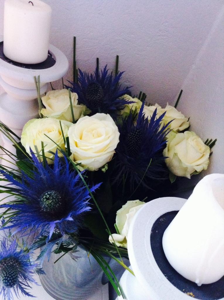 Associations de roses blanches et ces jolies fleurs bleues étranges et vaporeuses