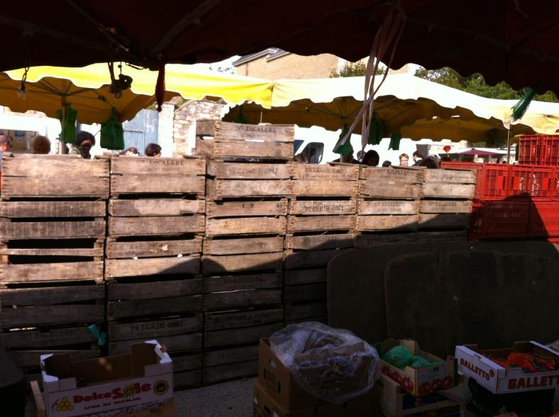 Alignement de caisses en bois au marché